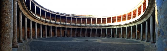 Внутренний круглый двор дворца Карла V