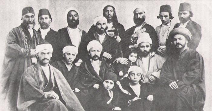 Сын Бахауллы в окружение братьев и сторонников