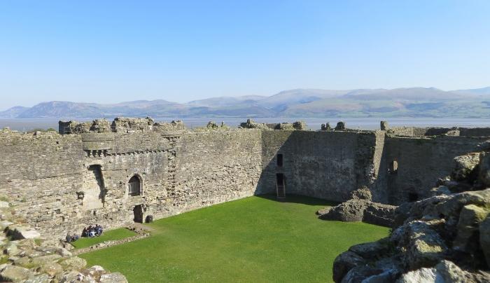 Внутренние высокие стены и двор