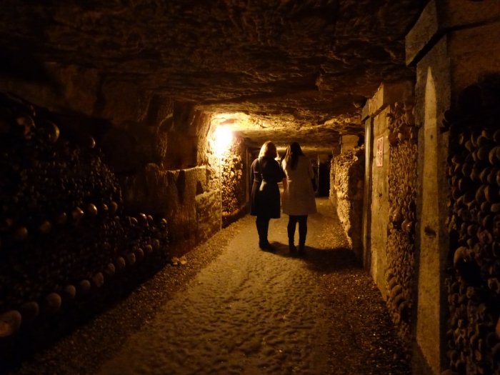 Туристы в одном из тоннелей парижских катакомб