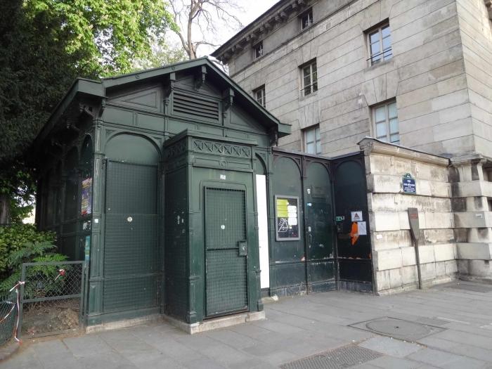 Неприметный зеленый домик - вход в катакомбы для туристов